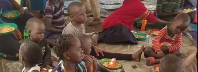Barn som spiser mat